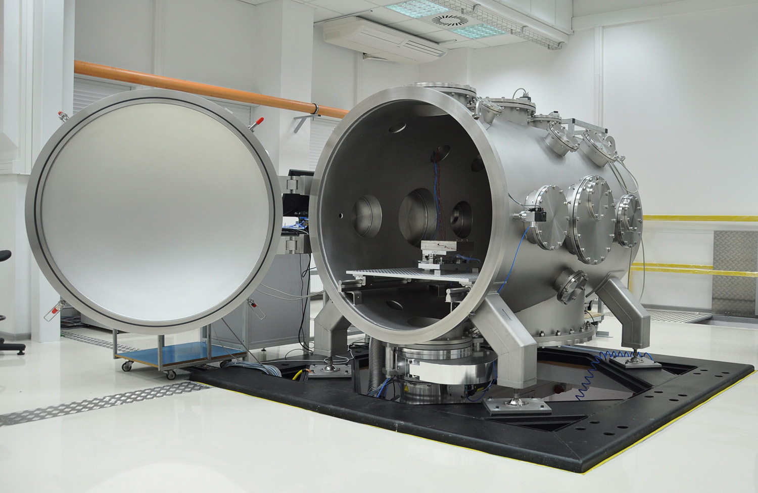 The chamber is shrouded with a cleanroom-compatible insulation